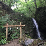 【体験ルポ】東京・奥多摩の御嶽山でヨガリトリート! 宿坊に泊まり滝に打たれて週末デトックス