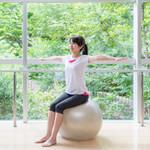 自宅で簡単にできる!バランスボールで体幹を鍛えてダイエット【お腹、脚痩せ効果も】